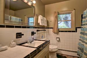 246 Campbell Creek Rd Maggie-large-025-010-Bathroom 3 off hallway near-1500x999-72dpi