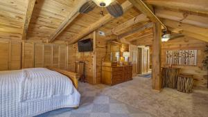 Upstairs King Bedroom with Nook