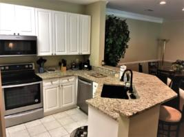 Par Three, Kitchen with Breakfast Bar