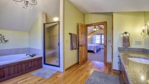 King Suite Upstairs Bathroom
